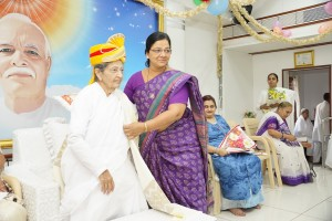 Corporater Nishaben giving showl to didi